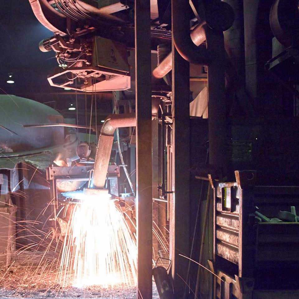 Flydende stål i store baljer
